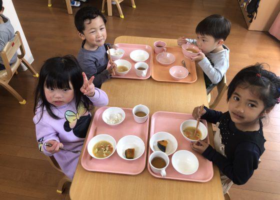 もりもり食べています😊🌼:八社あいわ保育園