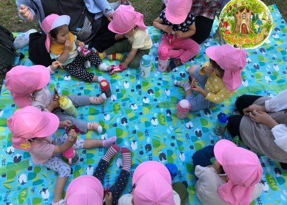 おやつピクニックへ行きました!:こびとのおうち
